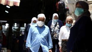 Passants portant des masques de protection contre le Covid-19 dans la vieille ville de Jérusalem, le 6 juillet 2020.