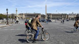 Ciclistas en la plaza de la Concordia de París. Foto de archivo.