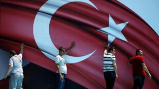 Участники проправительственной демонстрации после неудавшейся попытки путча, Стамбул, 19 июля 2016.