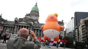 """រូបប៉េតប៉ោង """"Baby Trump"""" ត្រូវក្រុមបាតុករ បង្ហោះនៅខាងមុខវិមានខុនក្រេស ក្រុងប៊ុយណូួហ្សែរ ជាទីដែលមានរៀបចំជំនួបកំពូល G20។ ថ្ងៃទី២៩ វិច្ឆិកា ២០១៨"""