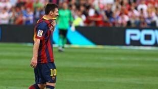 Mshambuliaji wa FC Barcelona, Lionel Messi ambaye klabu yake hii leo imesema atakuwa nje kwa majuma 6 hadi 8 kutokana na majeraha