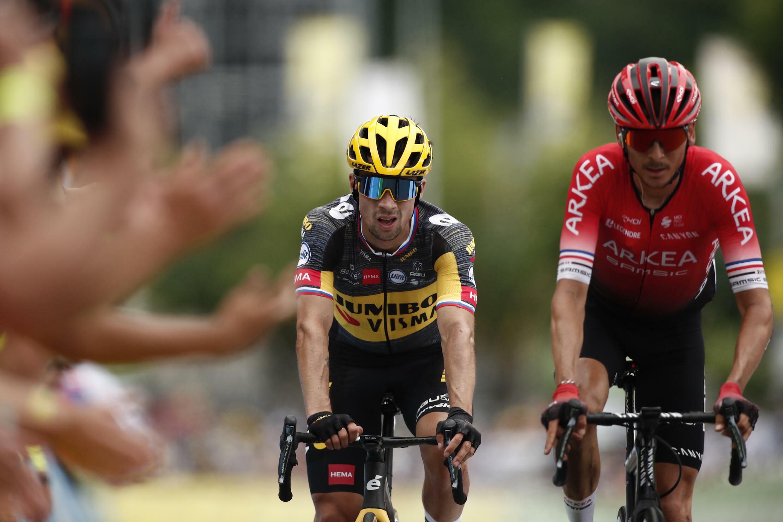 El esloveno Primoz Roglic cruza la meta de la 7ª etapa del Tour de Francia de Vierzon a Le Creusot el 2 de julio de 2021, más de 3 minutos después de su compatriota y ganador, Matej Mohoric
