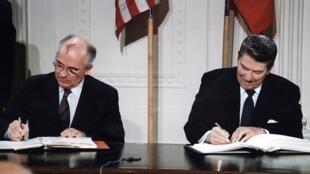 Михаил Горбачев и Рональд Рейган подписывают ДРСМД, 8 декабря 1987 года
