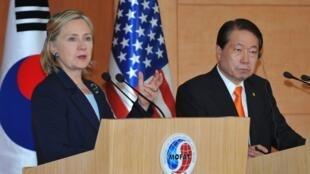 La secrétaire d'Etat américaine, Hillary Clinton, à Séoul en Corée du Sud, en compagnie du ministre sud-coréen des Affaires étrangères, Yu Myung-Hwan, le 26 mai 2010.