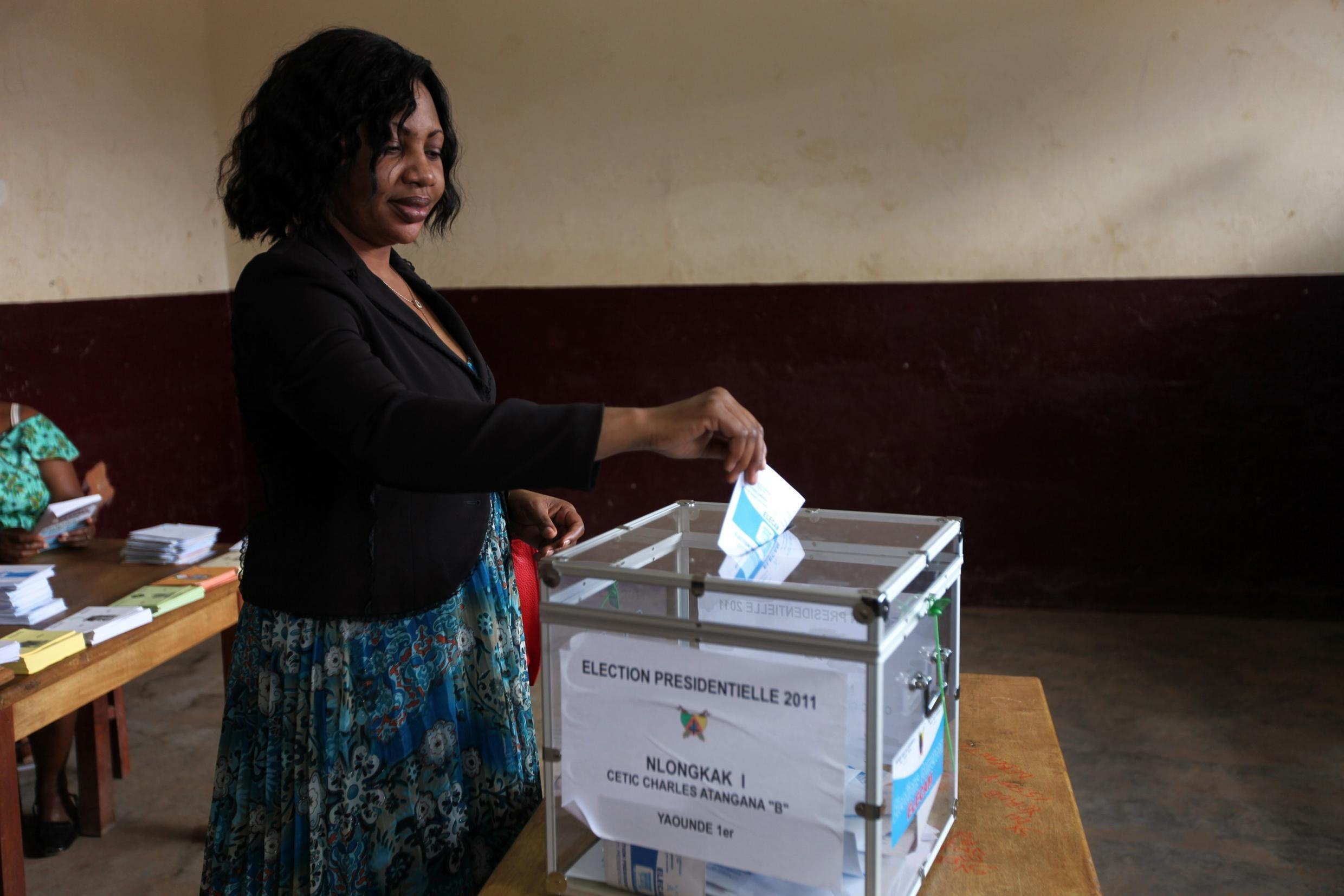 A Cameroonian woman votes in Yaoundé capital, 9 October 2018