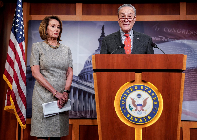 Chủ tịch Hạ Viện Nancy Pelosi (T) và lãnh đạo phe Dân Chủ tại Thượng Viện Mỹ Chuck Schumer, phát biểu tại Quốc Hội, Capitol, Washington, ngày 25/01/2019