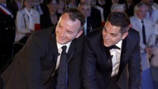 Vincent Autin y Bruno Boileau firman el registro de casamiento en la alcadía de Montpellier, este 29 de mayo de 2013.