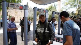 Contrôle d'identité devant des portiques de détection de métaux aux abords de l'esplanade des Mosquées à Jérusalem, le 16 juillet 2017.