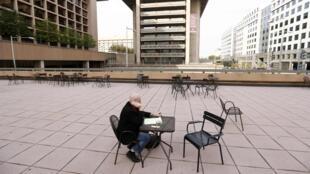 Une cour quasi vide, au milieu des immeubles de bureaux, à Washington, le 3 octobre 2013.
