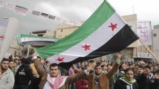 Manifestantes anti-regime na cidade de Homs, núcleo da resistência popular síria contra o massacre de Bashar al-Assad.