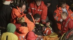 正在拉脱维亚里加市郊的Maxima超级市场进行抢救的救援人员