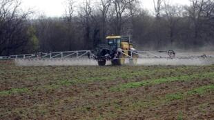 Épandage de pesticide dans un champ.