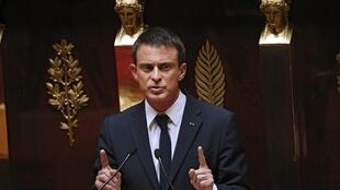Manuel Valls has urged the Right to take their responsibility to prevent National Front from winning in the regional elections.