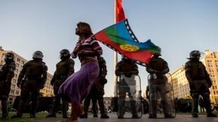 Manifestación de los mapuches pdidiendo la renuncia del Ministro del Interior, Andres Chadwick después de la muerte de un joven mapuche el 14 de noviembre pasado.