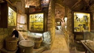 酒博物馆大约有2000多件展品:从采收葡萄的工具、制造葡萄酒的设备,到装酒的容器,酒瓶,开瓶器,酒杯,酒窖的装饰,收藏品应有尽有。