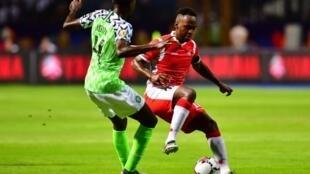 Le Burundais Saido Berahino (d) en duel avec le Nigérian Wilfred Ndidi, le 22 juin 2019. (photo d'illustration)