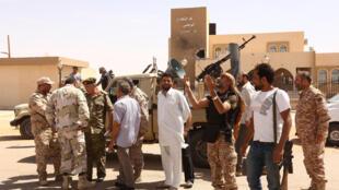 Des soldats de forces progouvernementales fêtent la reprise de la ville d'Abou Greïn, avec pour objectif la reconquête de Syrte, bastion de l'EI en Libye.