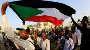 Des manifestants soudanais devant le ministère de la Défense à Khartoum, le 6 mai 2019.