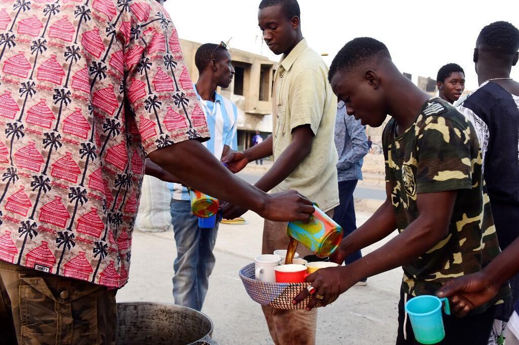 Un Sénégalais offre le café traditionnel de la région «le café touba», le 17 mai 2018.