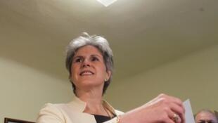 Barbara Ronskranz emite su voto el domingo 25 de abril de 2010.