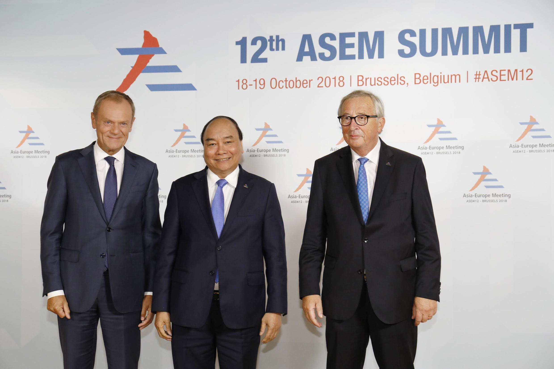 Chủ tịch Hội Đồng Châu Âu Donald Tusk (T), thủ tướng Việt Nam Nguyễn Xuân Phúc (G) và chủ tịch UBCA Jean-Claude Juncker tại thượng đỉnh Á-Âu, Bruxelles, Bỉ, ngày 18-19/10/2018