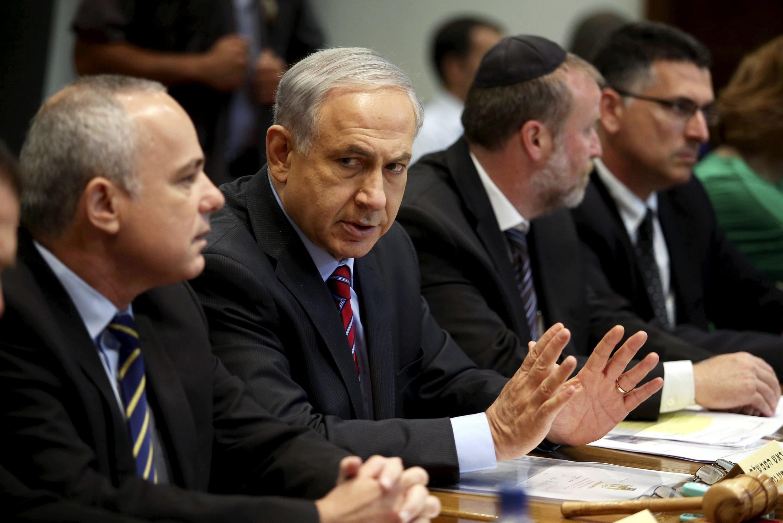Primeiro-ministro ministro israelense, Benjamin Netanyahu (segundo à esquerda), acusou o grupo palestino armado Hamas de estar por trás do sequestro.