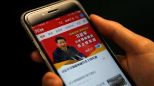 Xuexi Qiangguo se puede traducir por 'estudiar para hacer a China más fuerte', o bien 'estudiar a Xi, hacer al país más fuerte'.