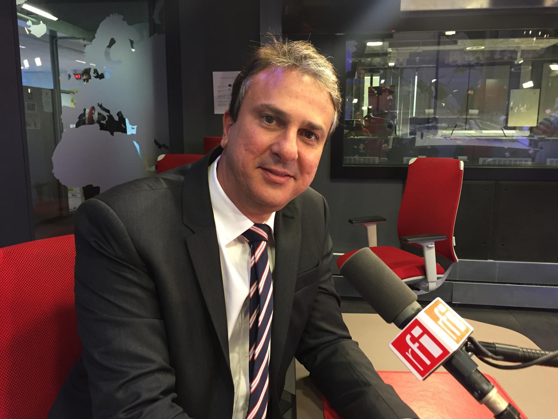 O governador do Ceará, Camilo Santana, nos estúdios da Rádio França Internacional. 02/05/2018