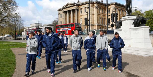 Jogadores do PSG passeiam em Londres antes de partida contra o Chelsea.
