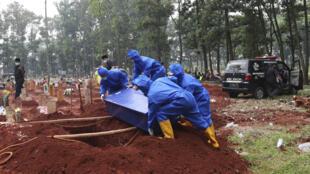 Indonesia - Covid-19 - Cimetière Bogor AP21202363449694