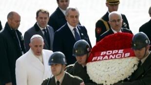 Le pape va visiter le mausolée de Mustafa Kemal Atatürk, père de la Turquie moderne, peu après son arrivée à Ankara, le 28 novembre 2014.