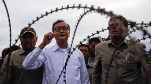 Sam Rainsy, président du Parti du sauvetage national, s'adressant aux manifestants, à Phnom Penh, le 15 septembre 2013.