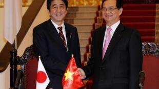 Thủ tướng Nhật Bản Shinzo Abe (T), hội đàm với đồng nhiệm Việt Nam Nguyễn Tấn Dũng, 16/01/2013, tại Hà Nội