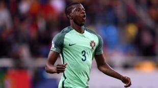 Edgar Ié, o defesa luso-guineense a jogar no Lille, que ganhou este fim-de-semana por 1-0 ao Toulouse