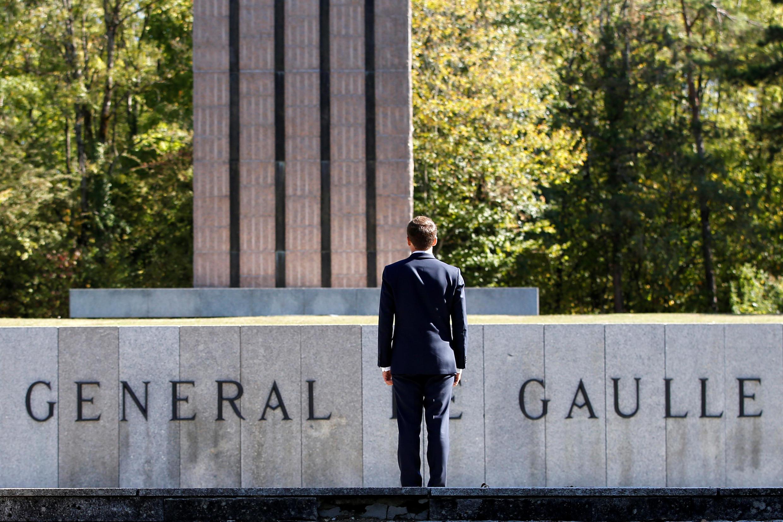 امانوئل ماکرون در مقابل بنای یادبود ژنرال دوگل بنیانگزار جمهوری پنجم فرانسه
