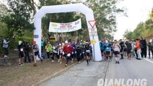 香港2012年度100公里毅行者跑山比赛16日举行,由3个法国人及1个英国人组成的Salomon France队伍,以11小时12分钟完成赛程,打破记录,较驻港解放军队伍之前创出的纪录快47分钟。