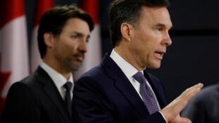Canada: le ministre des Finances Bill Morneau (premier plan) et le Premier ministre Justin Trudeau sont mis en cause pour leurs liens avec l'organisation internationale UNIS. l'