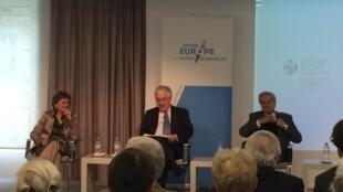 A eurodeputada socialista, Elisa Ferreira; o antigo embaixador português em França, Francisco Seixas da Costa, e o antigo presidente do Banco Central Europeu Jean-Claude Trichet ( da esquerda para a direita)