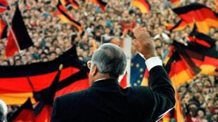 Ông Helmud Kohl tháng 2/1990 tại Erfut, Đông Đức. Lần đầu tiên Đông Đức bầu cử tự do kể từ khi bức tường Berlin sụp đổ.