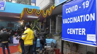Periodistas afuera de un centro de salud en Nueva Delhi utilizado para un simulacro de vacunación antes del lanzamiento en India de la campaña de inoculación contra el covid-19, el 2 de enero de 2021