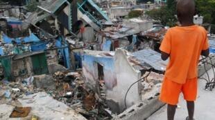Un enfant regarde des ruines dans un quartier de Port-au-Prince, le 4 mars 2010.