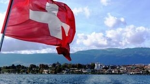 Vista do lago Léman que separa a Suíça e a França.