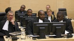 Jean-Pierre Bemba entouré de ses défenseurs lors de l'ouverture de son procès à La Haye (Pays-Bas) le 22 novembre 2010.