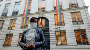 Ministra francesa da igualdade, Elisabeth Moreno em frente ao seu ministério com bandeiras LGBT por altura do seu plano de luta contra as discriminações a 14 de Outubro de 2020.
