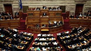 Le Premier ministre grec lors d'un discours avant le vote pour la création d'une commission spéciale sur le scandale de corruption impliquant le groupe pharmaceutique suisse Novartis, le 22 février 2018.