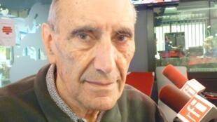 El escritor y periodista argentino Gregorio Manzur en los estudios de RFI en París.