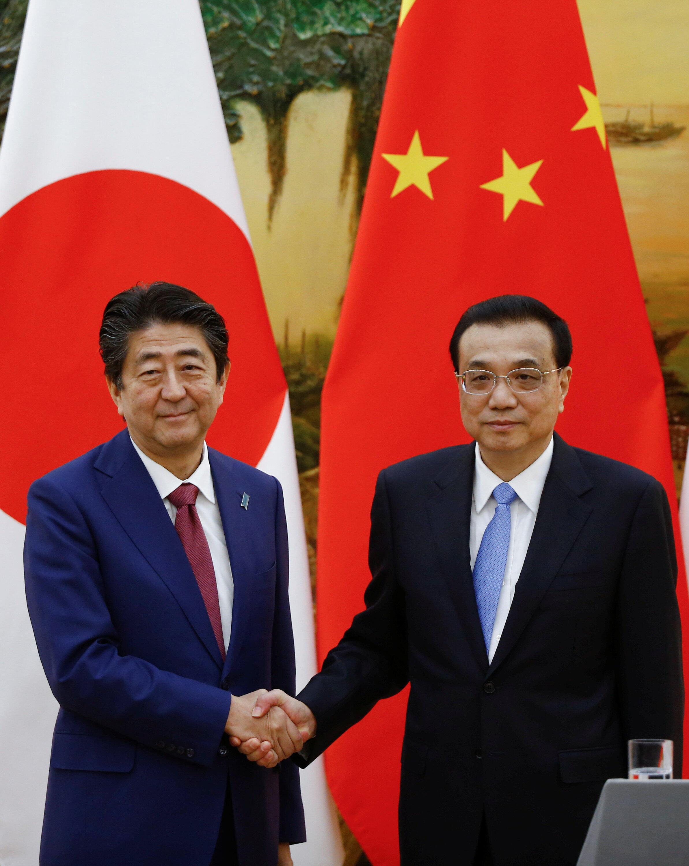 Thủ tướng Nhật Shinzo Abe (T) và thủ tướng Trung Quốc Lý Khắc Cường sau cuộc họp báo chung. Ảnh ngay 26/10/2018 tại Bắc Kinh.
