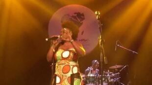Queen Komb, la chanteuse gabonaise se produit à Livrebille, ce jeudi 18 janvier 2018.