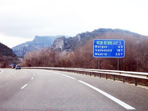 L'autoroute à péage AP-1 en Espagne, entre Vitoria et Burgos à hauteur de Ameyugo.