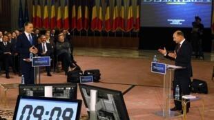 Traian Basescu (d), président roumain et Mircea Geoana, chef du Parti social-démocrate, lors du débat télévisé du 3 décembre 2009.